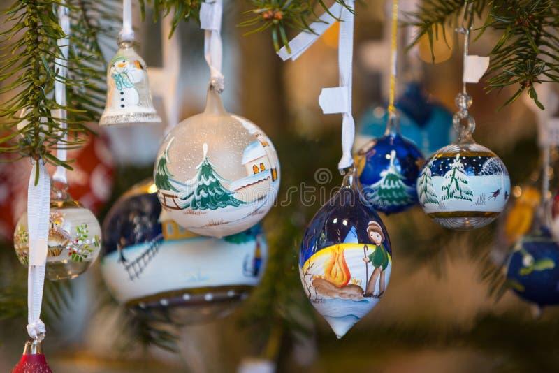 Décorations colorées sur le marché de Noël en Alsace image libre de droits