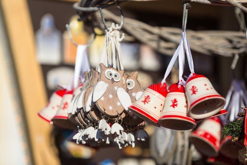 Décorations colorées sur le marché de Noël en Alsace images stock