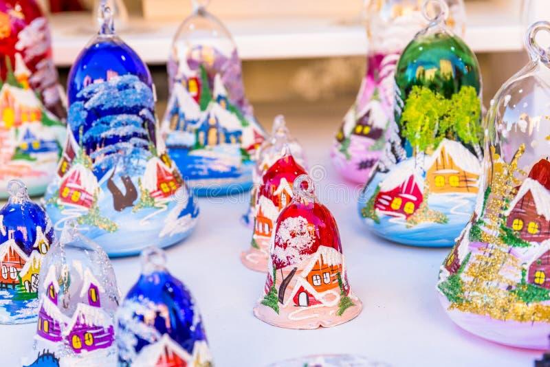 Décorations colorées sur le marché de Noël en Alsace photos libres de droits