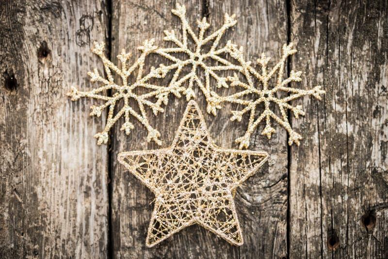 Décorations d'arbre de Noël d'or sur le bois grunge photographie stock libre de droits
