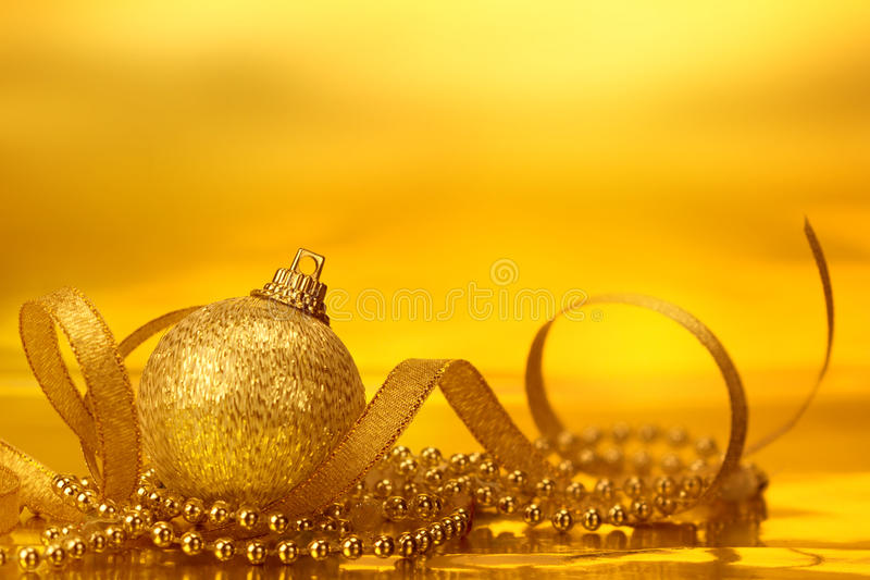 Décorations d'or de boule de Noël pour le fond de célébration illustration libre de droits