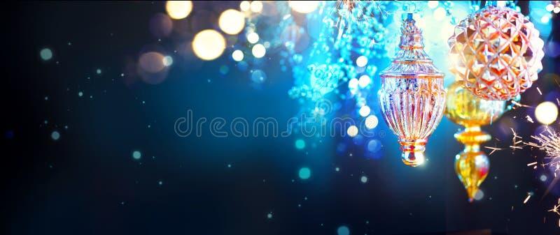 Décorations d'or de Noël et de nouvelle année au-dessus de fond de nuit de clignotement images stock