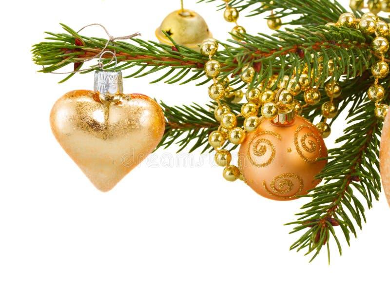 Décorations d'or de Noël sur l'arbre de sapin image stock