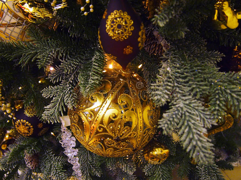 Décorations d'or sur l'arbre de Noël photographie stock libre de droits