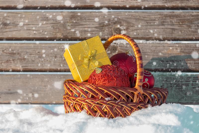 Décorations de boîte-cadeau de Noël et de Noël dans le panier sur la neige photo libre de droits