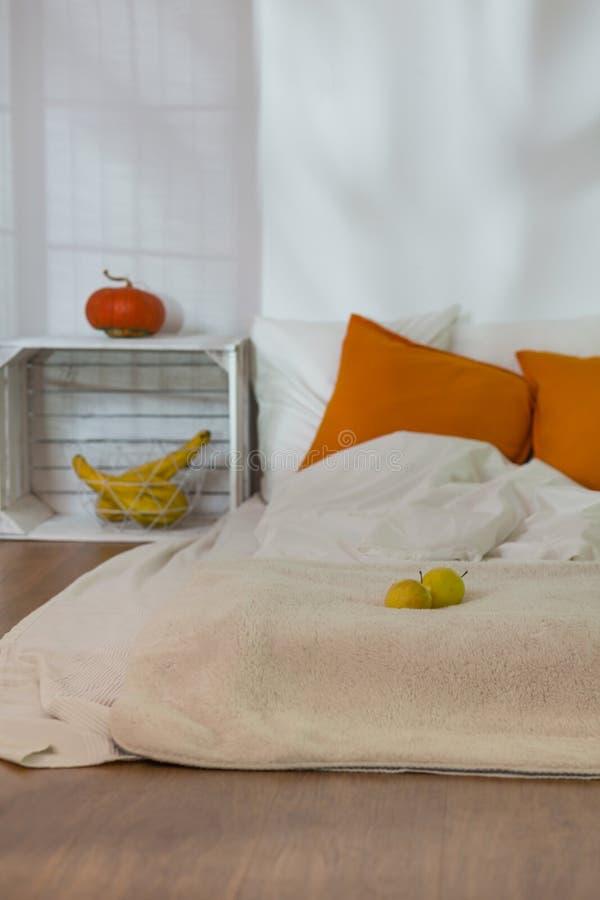 Décorations de chute dans la chambre à coucher simple confortable image stock