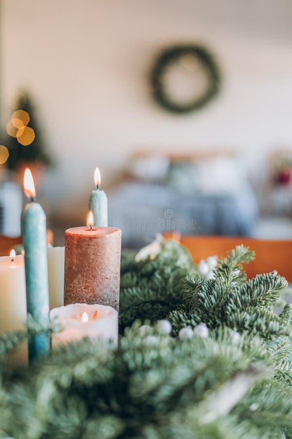 Décorations de fête à l'intérieur de guirlande d'arbre de Noël de pièce photo libre de droits