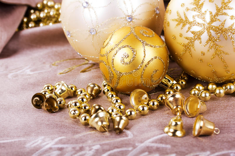 Décorations de fête de Noël d'or sur le fond de tissu photo stock
