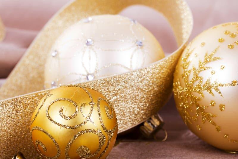 Décorations de fête de Noël d'or sur le fond de tissu photos libres de droits