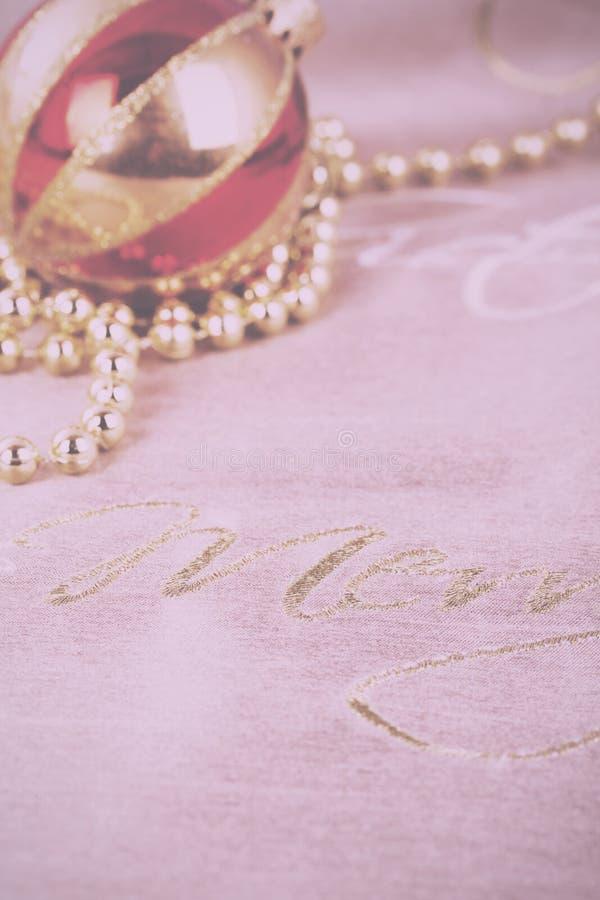 Décorations de fête de Noël d'or sur le vintage de fond de tissu photos libres de droits