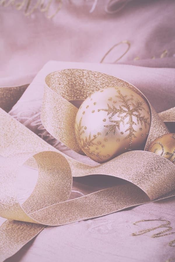 Décorations de fête de Noël d'or sur le vintage de fond de tissu photos stock