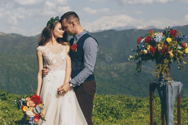 Décorations de fleurs blanches pendant la cérémonie de mariage extérieure images stock