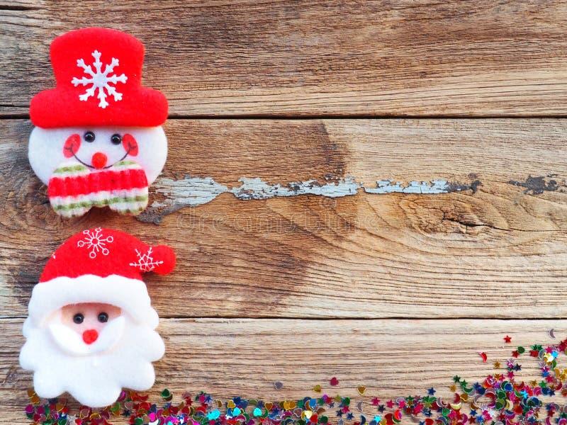 Décorations de fond de Noël avec le bonhomme de neige et les boîte-cadeau sur le vieux conseil en bois par configuration plate, v images libres de droits