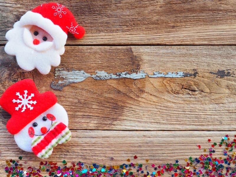 Décorations de fond de Noël avec le bonhomme de neige et les boîte-cadeau sur le vieux conseil en bois par configuration plate, v photos libres de droits