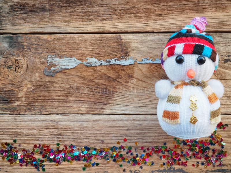 Décorations de fond de Noël avec le bonhomme de neige et les boîte-cadeau sur le vieux conseil en bois par configuration plate, v photo stock
