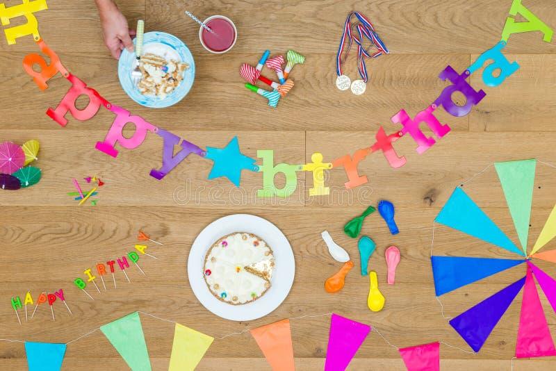 Décorations de gâteau et d'anniversaire sur le Tableau en bois photographie stock libre de droits