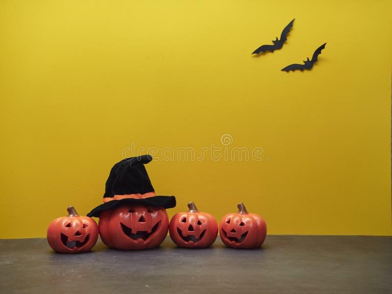 Décorations de Halloween avec des potirons et des battes image stock