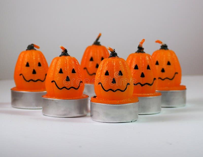 Décorations de Halloween Le potiron de sourire a formé des bougies sur une surface blanche photo stock