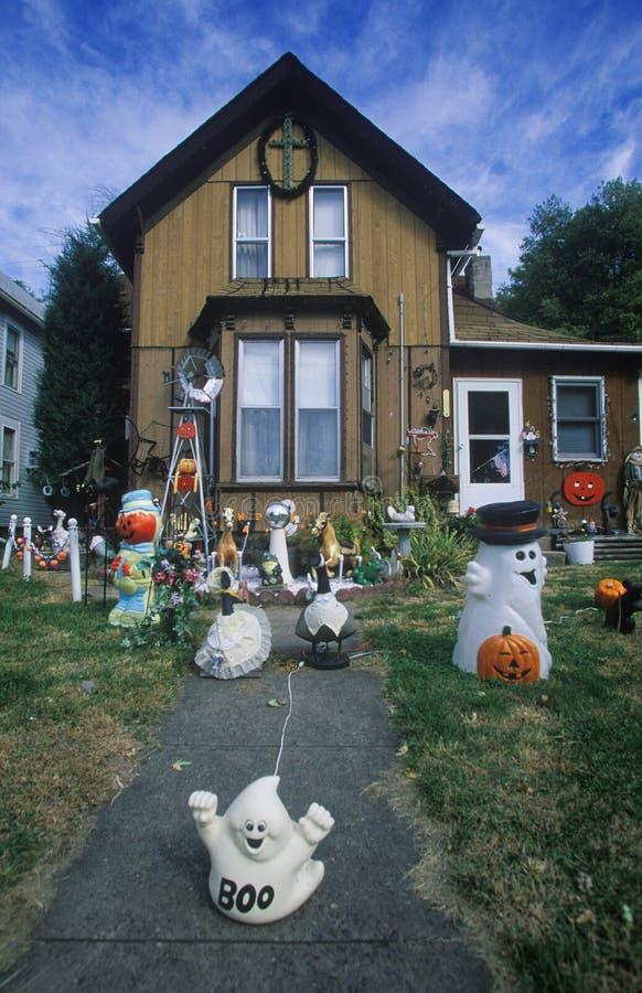 Décorations de Halloween sur Front Lawn de Chambre, la savane, l'Illinois photos stock