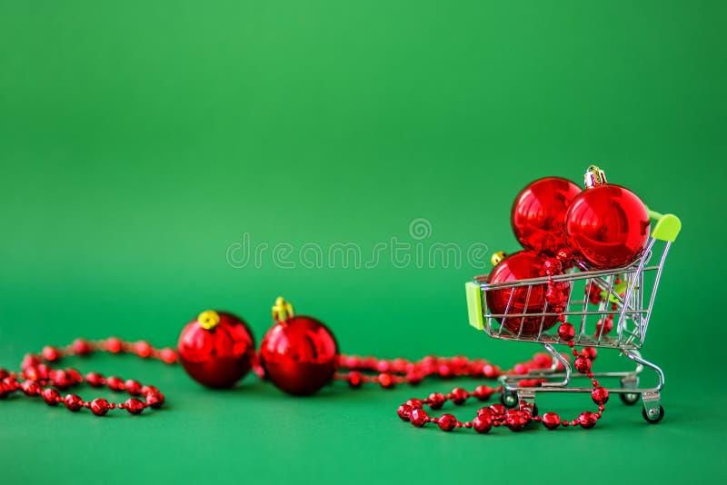 Décorations de Joyeux Noël et de bonne année sur un fond blanc Fond pour le texte image stock
