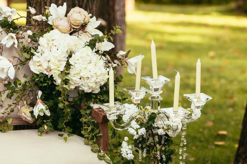 Décorations de luxe de mariage avec le compisition de banc et de fleur image libre de droits
