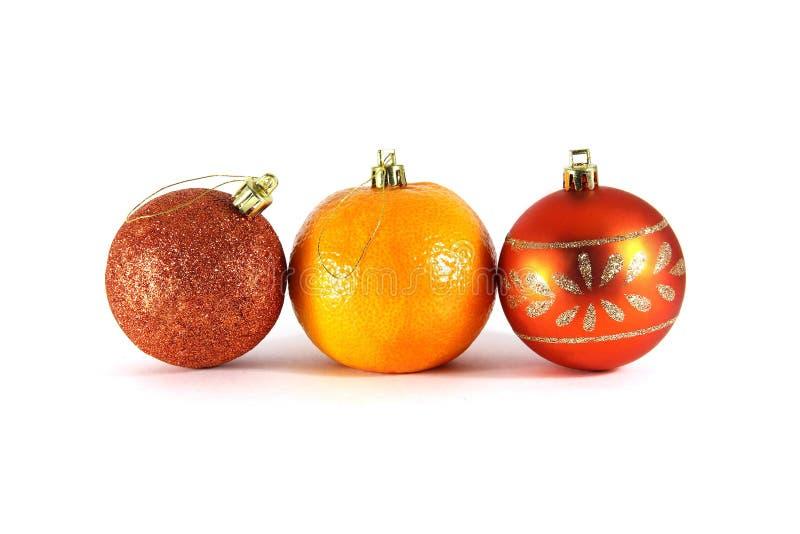 Décorations de mandarines et de Noël en gros plan sur un fond blanc image stock