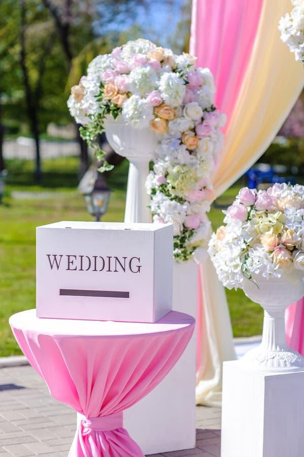 Décorations de mariage Boîte en bois avec une inscription photographie stock