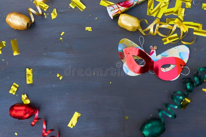 Décorations de mascarade sur le fond en bois foncé photographie stock libre de droits