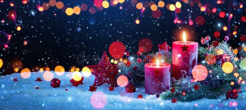 Décorations de Noël avec des bougies et des effets de la lumière colorés photos libres de droits