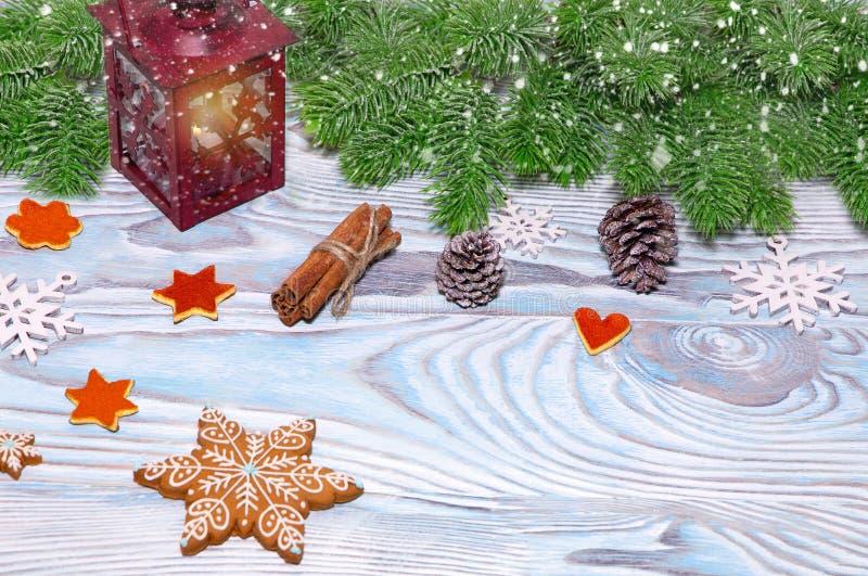 Décorations de Noël avec la tasse de cacao chaud, lampe avec la bougie, bâtons de cannelle, pin, branche de sapin sur la table bl photo libre de droits