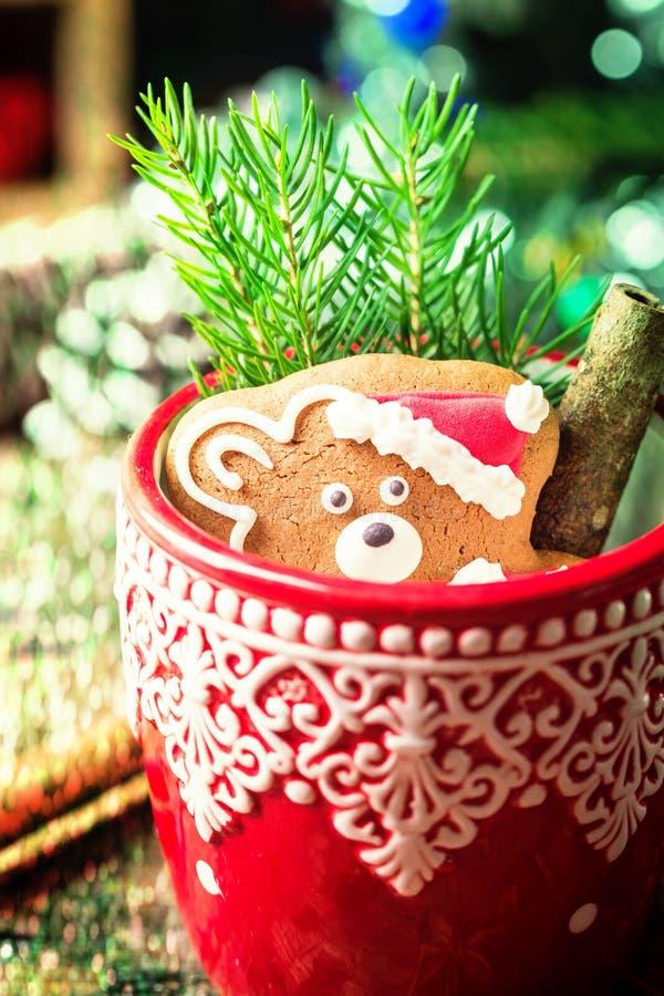 Décorations de Noël avec le bonhomme en pain d'épice image libre de droits
