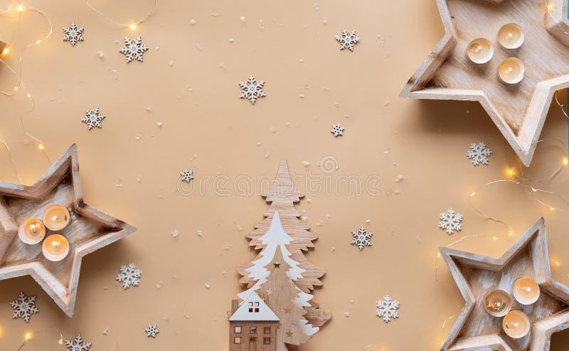 Décorations de Noël bougies gardez la neige sur fond beige images stock