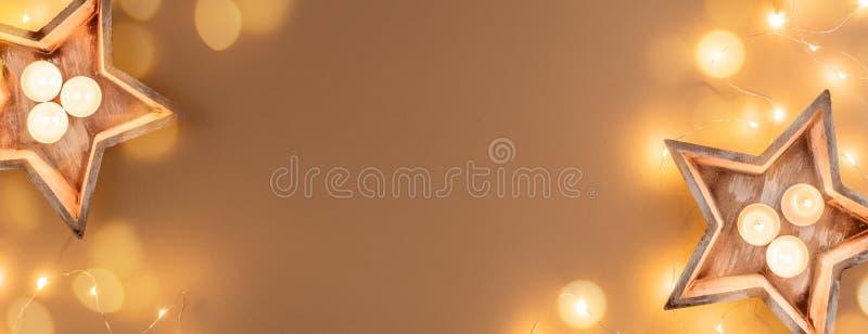 Décorations de Noël bougies guirlandes sur fond beige, bannière image stock