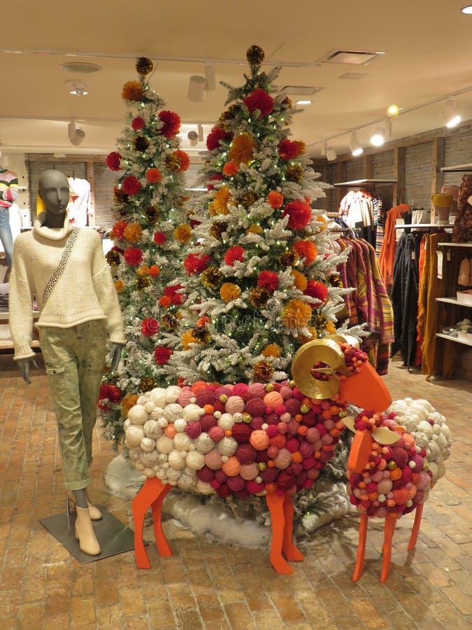 Décorations de Noël dans un magasin de vêtements de Georgetown image stock