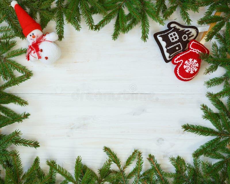 Décorations de Noël de branches d'arbre de Noël sur le te en bois blanc images stock