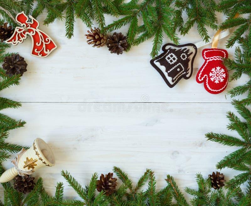 Décorations de Noël de branches d'arbre de Noël sur le te en bois blanc image stock