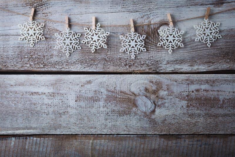 Décorations de Noël et x28 ; snowflake& x29 ; accrocher au-dessus du fond en bois photos stock