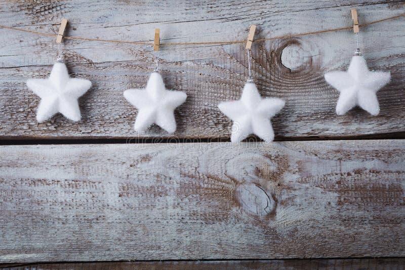 Décorations de Noël et x28 ; snowflake& x29 ; accrocher au-dessus du fond en bois photos libres de droits