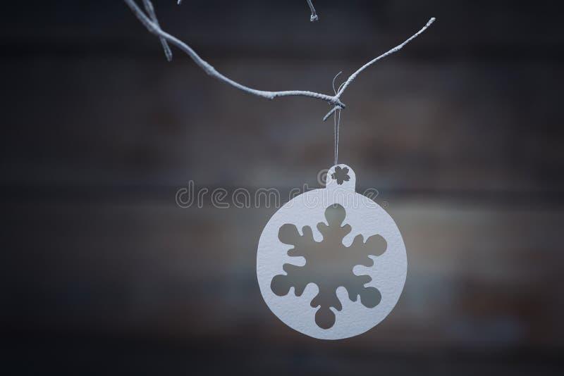 Décorations de Noël et x28 ; snowflake& x29 ; accrocher au-dessus du fond en bois image stock