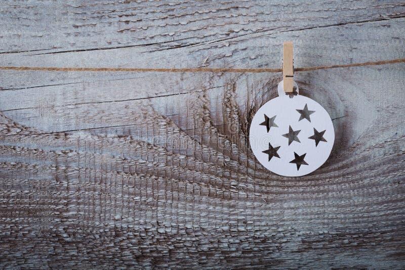 Décorations de Noël et x28 ; snowflake& x29 ; accrocher au-dessus du fond en bois photographie stock