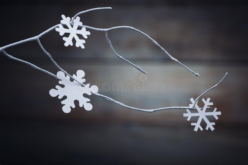 Décorations de Noël et x28 ; snowflake& x29 ; accrocher au-dessus du fond en bois images libres de droits