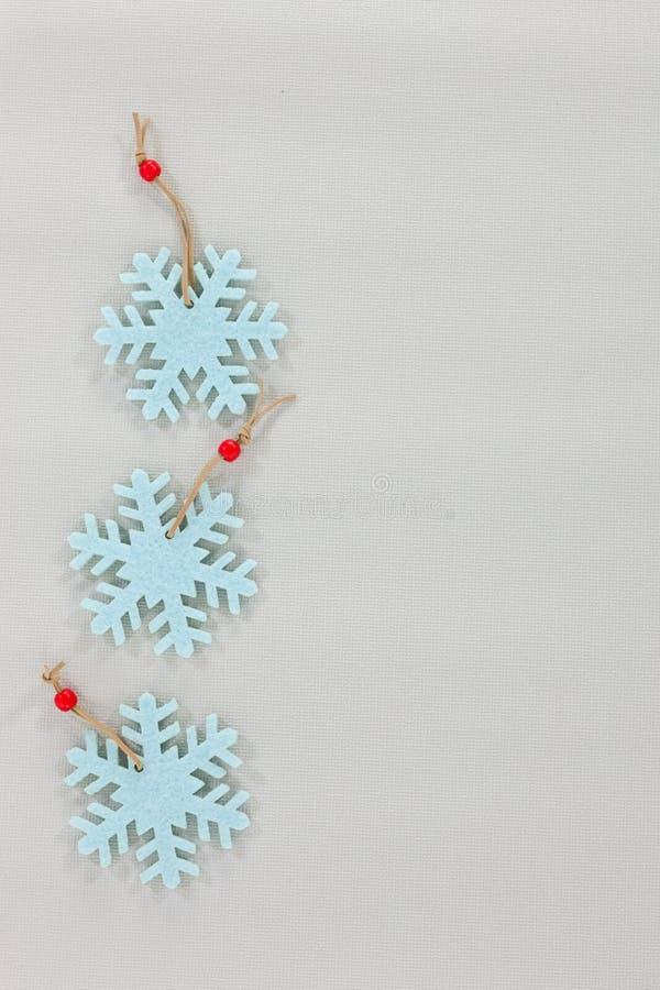 Décorations de Noël de flocon de neige sur un fond gris pâle images stock
