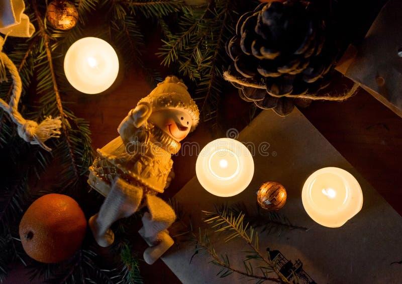 Décorations de Noël Placez pour la carte de voeux : branche d'arbre de sapin, mandarine, sucreries dans l'aluminium, cônes, bougi photo libre de droits