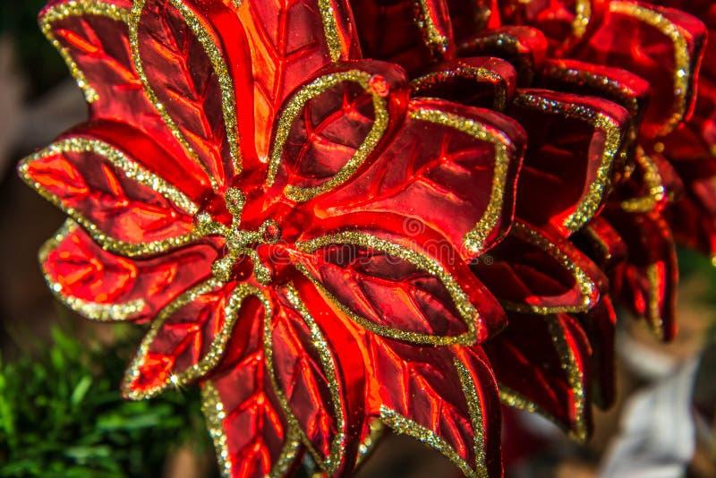 Décorations de Noël, rouge et ornements d'or image libre de droits