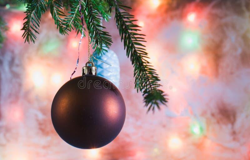 Download Décorations De Noël Sur La Branche Le Fond Du Verre Givré Image stock - Image du décoration, jouet: 77156971