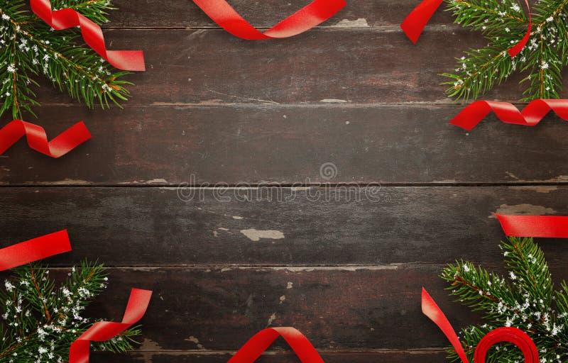 Décorations de Noël sur la table en bois Vue supérieure de table avec l'arbre de Noël et les bandes décoratives images libres de droits