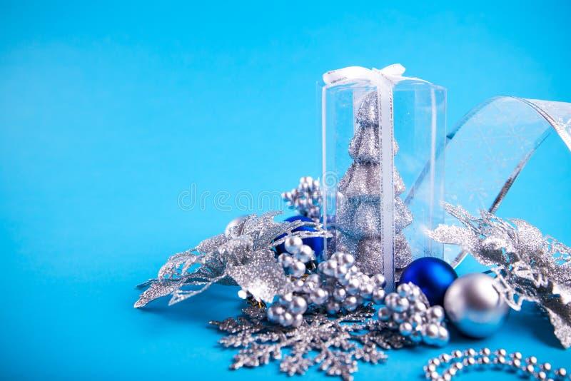 Décorations de Noël sur le fond bleu photos stock