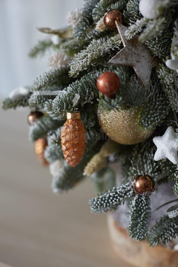 Décorations de Noël sur le petit sapin de Noël Neige artificielle sur le sapin, les balles de Noël et les étoiles Concept du nouv images libres de droits