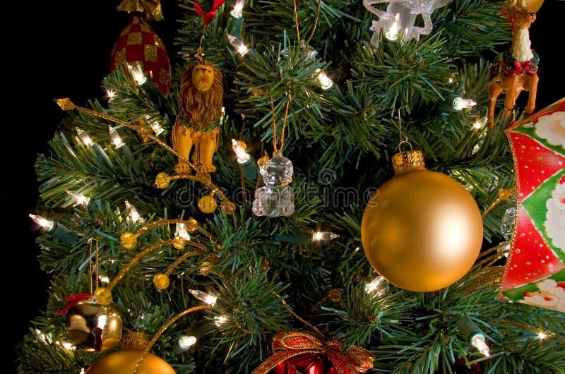 Décorations de Noël sur un arbre photos libres de droits