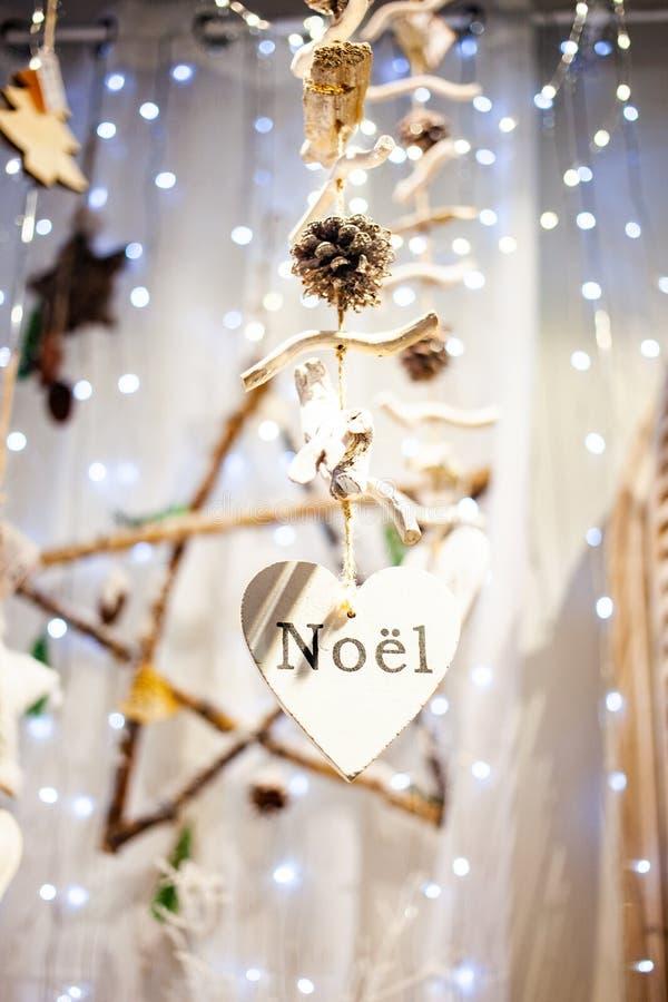 décorations de Noël suspendues et noël lumineux image libre de droits